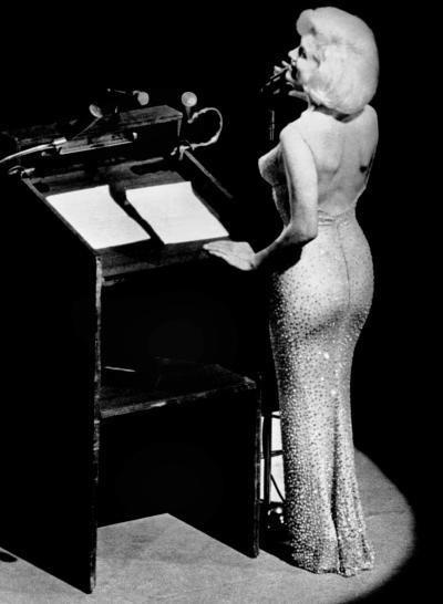Chiếc váy gợi cảm Marilyn Monroe mặc trong bữa tiệc được trả 1,26 triệu USD trong một cuộc đấu giá năm 1999.
