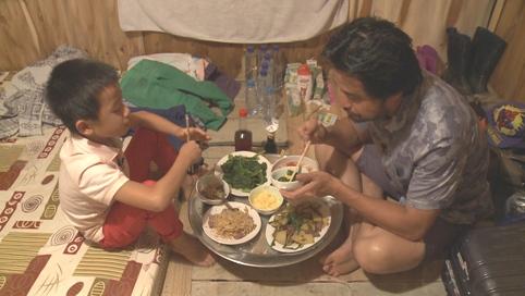 """Đỗ Ngọc Minh và con trai trong chương trình """"Bố ơi! Mình đi đâu thế?""""."""