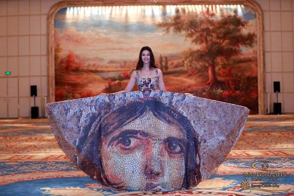 Đại diện Thổ Nhĩ Kỹ chọn chiếc đầm xòe mang họa tiết mô phỏng hoa văn trên nền đá khá ấn tượng