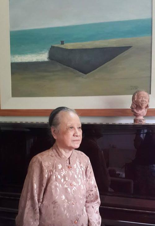 Bà muốn chụp một bức ảnh cạnh bức tranh do con trai vẽ