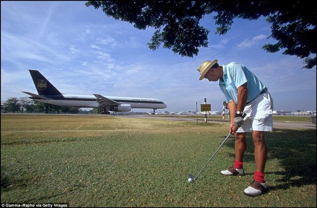 Sân golf nằm sát ngay cạnh đường băng của sân bay Don Mueang
