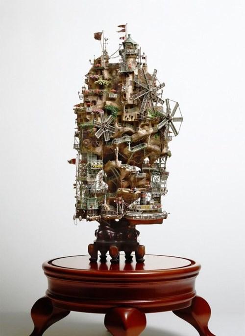 Lấy gốc và cành cây làm khung, ông Takanori Aiba dùng thêm dây đồng, nhựa cây, nhựa tổng hợp, thạch cao và đất sét để tạo nên những chi tiết tinh xảo cho các tòa lâu đài, chẳng hạn cây cầu, ban công, tòa tháp, vòm mái, cối xay gió…
