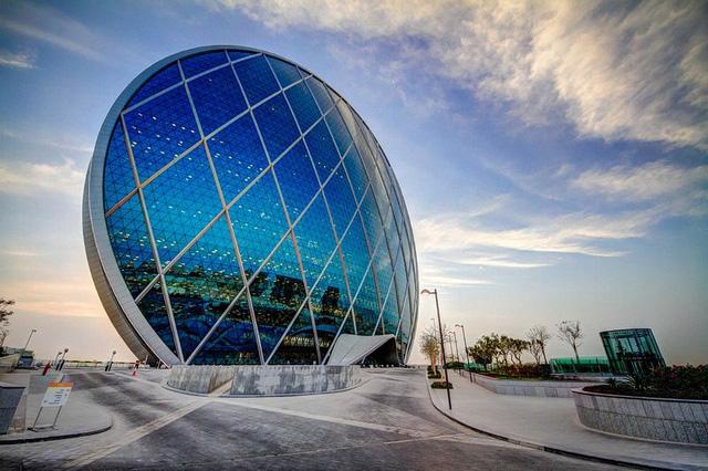 Tòa nhà chọc trời với hình dáng tròn là tòa nhà mang tính biểu tượng của Abu Dhabi. Nhìn từ trên cao, công trình như một đồng xu thẳng đứng, gồm hai mặt lồi hình tròn, cấu trúc bằng kính. Với chiều cao 121m, tòa nhà gồm 23 tầng, là tác phẩm của nhóm kiến trúc sư MZ.