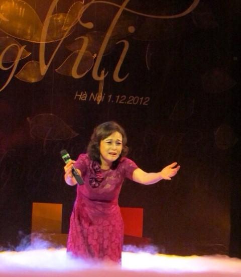 NSND Hoàng Cúc thể hiện tùy bút Cánh đồng cứu rỗi, đêm nghệ thuật Bay cùng ViLi, 1/12/2012 tại Nhà hát Lớn Hà Nội.