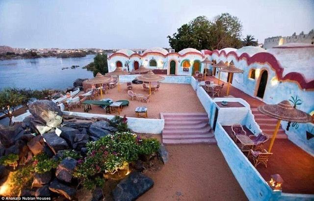 Khu vực ngồi ngoài trời có khung cảnh ngoạn mục nhìn trực diện về phía thị trấn Aswan