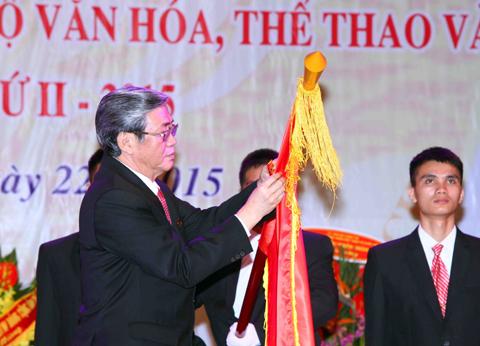 Trưởng Ban Tuyên giáo Trung Ương Đinh Thế Huynh gắn Huân chương Hồ Chí Minh lên cờ truyền thống ngành Văn hóa. Ảnh: Quý Trung- TTXVN.
