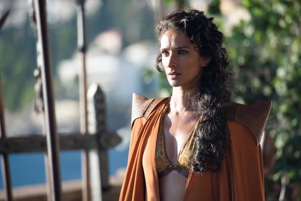 Nhân vật Ellaria Sand với chiếc áo mang kiểu dáng bikini gợi cảm và khoác choàng có điểm nhấn ở vai.