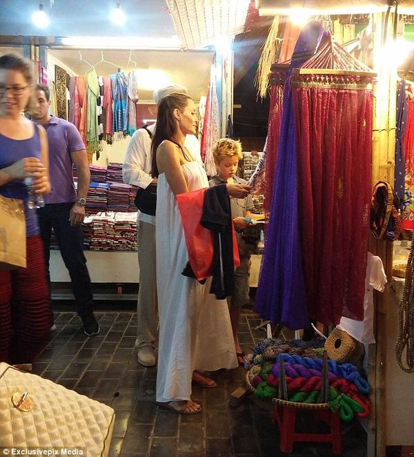 Trước đó nhiều người dân Campuchia bắt gặp Angelina Jolie - Brad Pitt và con gái đầu Shiloh ăn mặc giản dị đi mua sắm ở Siem Reap.
