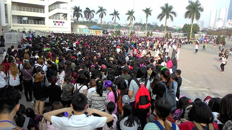 Đám đông hâm mộ xếp hàng vào sân vận động quốc gia Mỹ Đình chiều 28/3. Ảnh: Mi Ly.