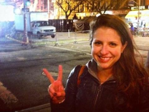 Bức ảnh selfie của Christina Freundlich, chụp trước khung cảnh một vụ nổ khí ga làm 2 người chết.