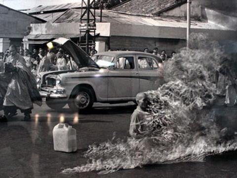 Bức ảnh nổi tiếng được tay máy Malcolm Browne của AP chụp cảnh hòa thượng Thích Quảng Đức tự thiêu.