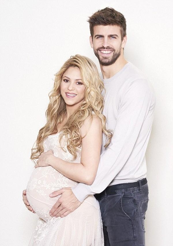 Trước ngày sinh nở, Shakira khoe bụng bầu căng tròn bên cạnh cha con Pique 2