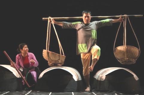 """Một cảnh trong vở kịch thể nghiệm """"Hồn Trương Ba da hàng thịt"""" của Nhà hát Tuổi trẻ. Sau 10 năm du nhập vào Việt Nam, loại hình kịch này có rất ít cơ hội lên sân khấu biểu diễn do không có kinh phí đầu tư."""