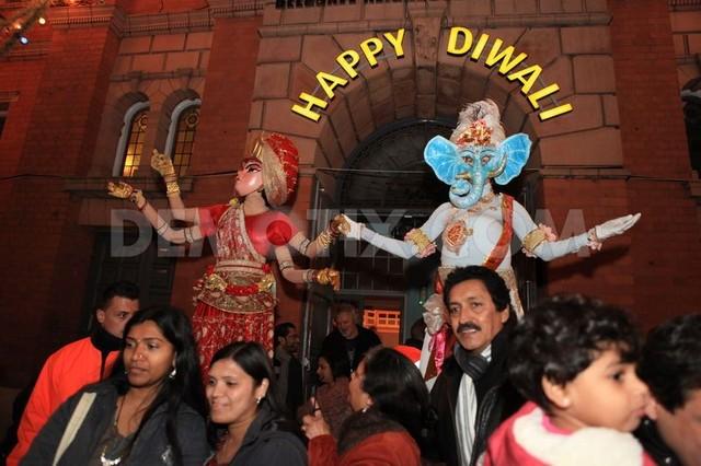 Người dân đổ ra đường chào mừng ngày lễ