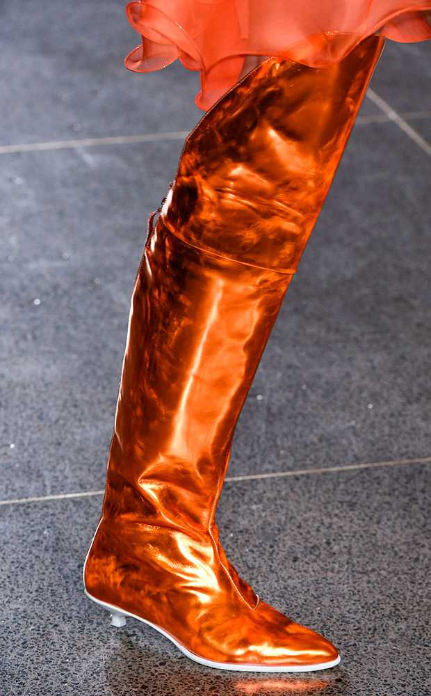 Boots màu đồng nổi bật của Marques Almeida.