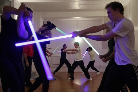 """Những người đàn ông ở Paris, Pháp tham gia """"câu lạc bộ thể thao"""" chuyên về đấu kiếm ánh sáng - vũ khí đặc trưng của loạt phim """"Star Wars""""."""
