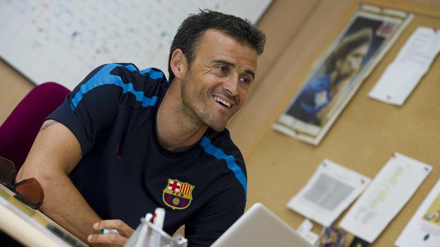 HLV Luis Enrique đã ký vào bản hợp đồng gia hạn với Barcelona