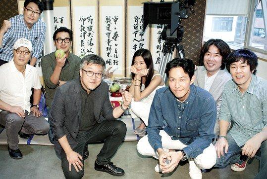Jun Ji Hyun cùng đoàn làm phim.
