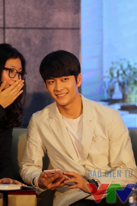 Nhờ thành công của bộ phim Tuổi thanh xuân, Kang Tae Oh đã trở thành một gương mặt được khán giả Việt Nam yêu thích