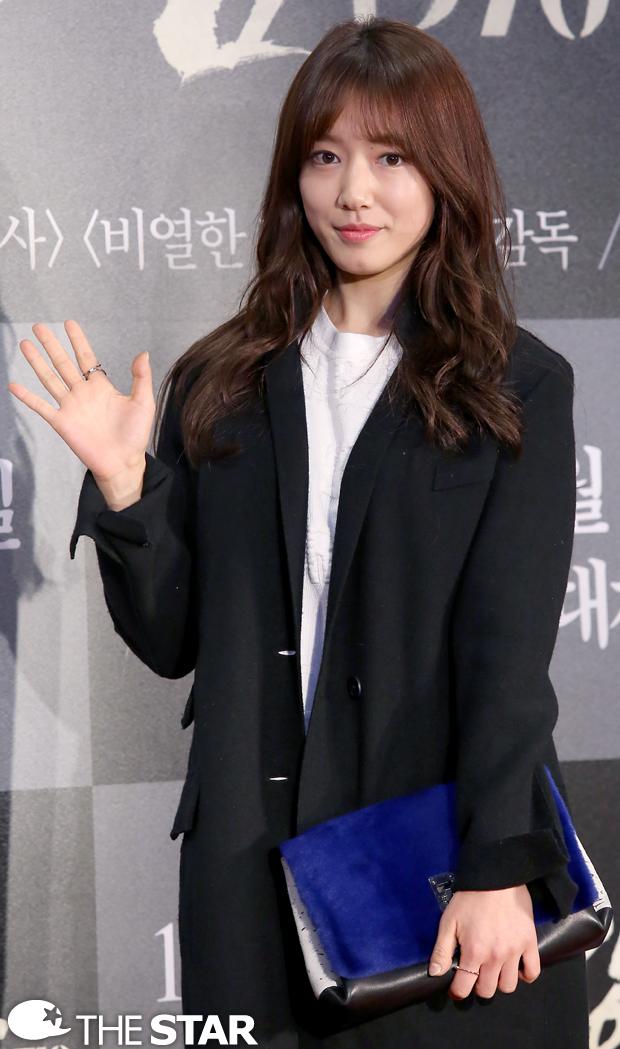 Cô trở thành bạn của Lee Min Ho sau khi đóng cặp cùng nhau trong bộ phim The Heirs
