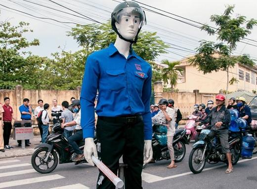Robot có chiều cao 1,9 m, được thiết kế với hình dáng của một chàng thanh niên mặc áo xanh tình nguyện, đầu đội mũ bảo hiểm, tay phải cầm gậy có gắn hệ thống đèn báo hiệu