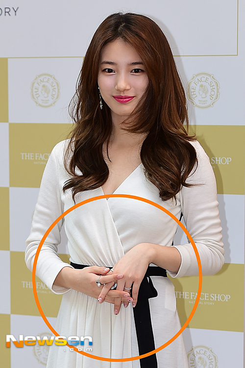 Tại một sự kiện mới đây, Suzy bị cánh săn ảnh bắt gặp đeo nhẫn ở ngón áp út