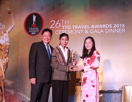 """Bà Nguyễn Thj Thuý Bình, Phó Tổng Giám đốc Vietjet, đại diện hãng nhận giải thưởng """"Best Asian Low Cost Carrier"""""""