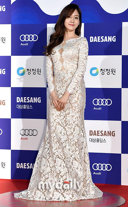 Sung Yuri khoe thân hình chuẩn mực trong bộ váy ren trắng tinh khôi.