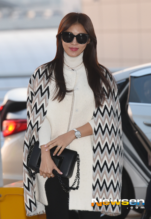 Ha Ji Won khoe gu thời trang lịch lãm ở sân bay Incheon