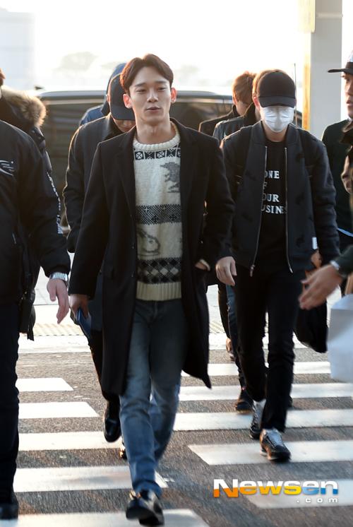 Các chàng trai EXO có mặt ở sân bay Incheon vào buổi sáng với vẻ mặt khá mệt mỏi