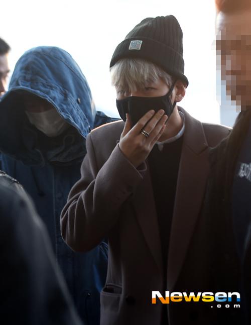 Dù đeo khẩu trang kín mít, Baekhyun vẫn lộ rõ vẻ bơ phờ