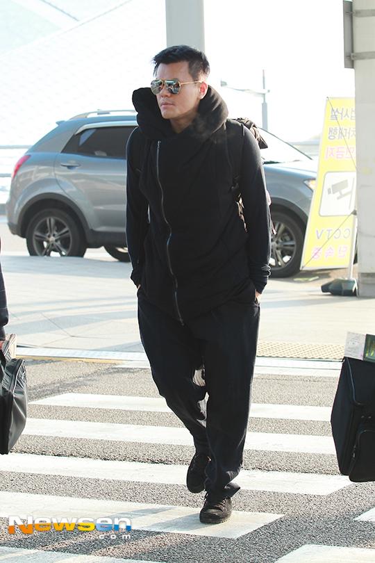 Park Jin Young diện cây đen sang Hong Kong