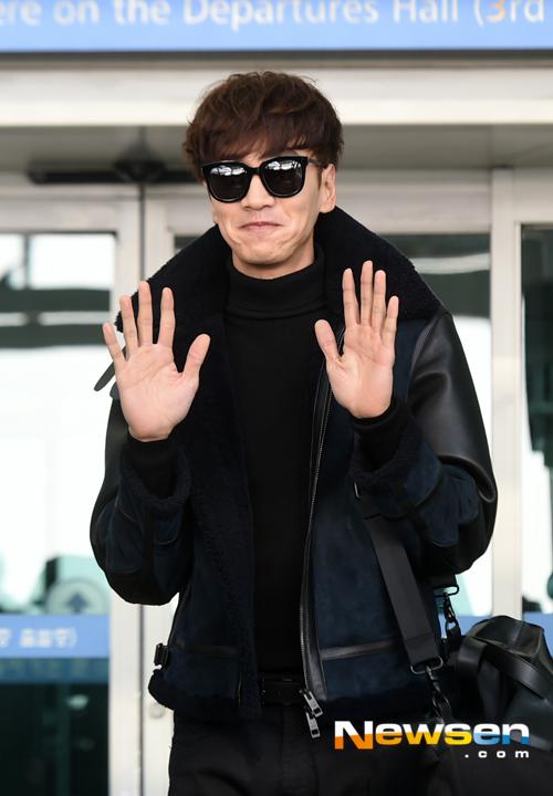 Lee Kwang Soo thời thượng với áo khoác da