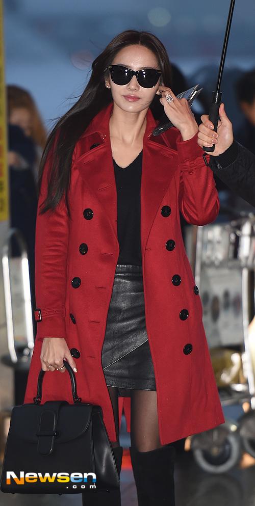 Cũng với tông màu đỏ nhưng nàng Barbie Han Chae Young lại chọn một chiếc áo trendcoat