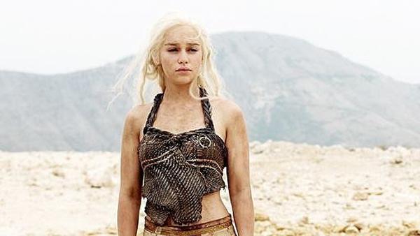 Daenerys mang trang phục chiến đấu với áo cổ tết dây thừng vặn.