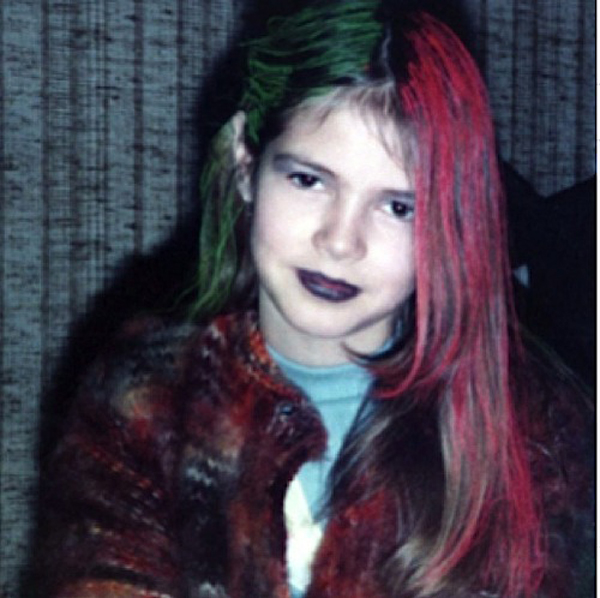 Drew Barrymore từng có lúc trông cực cá tính với mái tóc mang hai màu xanh lá và đỏ rực.