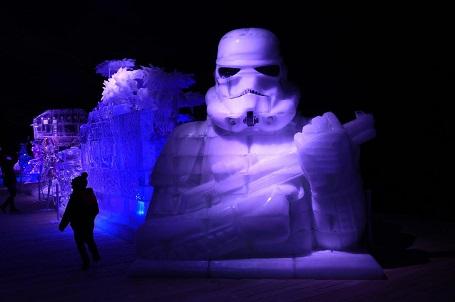 Tác phẩm tạo hình trên băng khắc họa chiến binh Stormtrooper tại lễ hội băng đăng ở Liege, Bỉ.