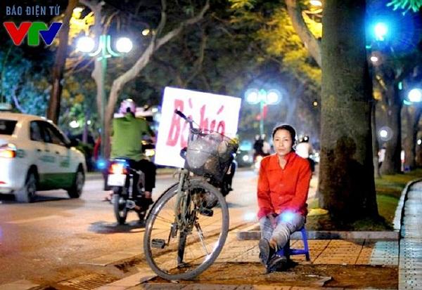 Người phụ nữ bán hàng rong trên đường Thanh Niên