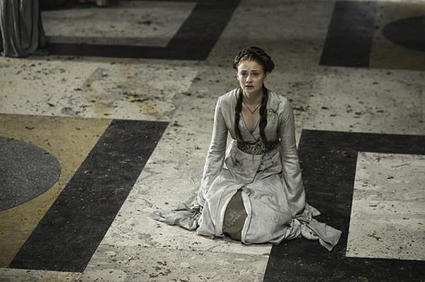 Sansa trong một cảnh quay khác với chiếc váy trắng ghi đẹp mắt.