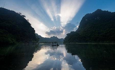 Sáng tinh sương và những ánh rạng đông đầu tiên trên sông Ngô Đồng. (Ảnh: Quoc Tran)