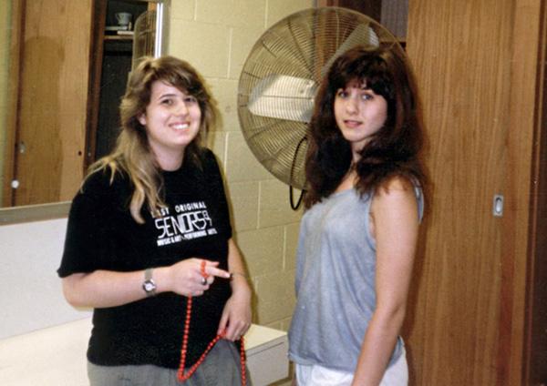 Jennifer Aniston (phải) có mái tóc hơi xù màu nâu và một gương mặt trong sáng.