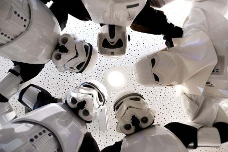 """Các chiến binh Stormtrooper xuất hiện tại một rạp chiếu phim ở Nuremberg, Đức. Kể từ lần đầu ra mắt công chúng năm 1977, """"Star Wars"""" đã có một lượng fan hùng hậu và trung thành thuộc nhiều thế hệ."""
