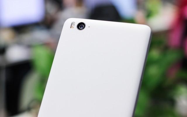 Máy được trang bị camera Sony/Samsung có độ phân giải 13MP