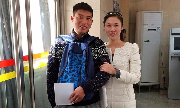 Li Ze (trái) và vợ muốn sinh thêm con nhưng lại lo ngại về khoản chi phí khổng lồ (Ảnh: Tom Phillips)