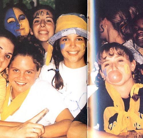 Katie Holmes chụp ảnh xinh tươi bên bạn bè thời đi học.