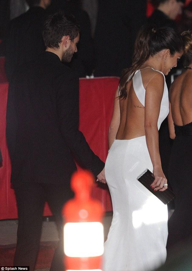 Bức ảnh chụp Selena và DJ Zedd nắm chặt tay nhau khiến nhiều người đặt dấu chấm hỏi về mối quan hệ giữa hai người