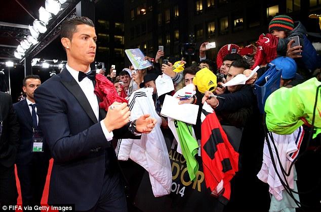Thân hình siêu mẫu cùng gu thời trang chuẩn giúp cho C.Ronaldo luôn xuất hiện rất hào nhoáng trong những buổi lễ.