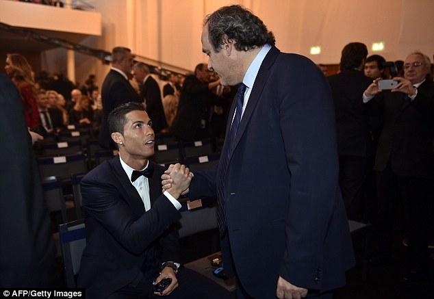 Tuy nhiên, phong cách tự tin của C.Ronaldo lại không được lòng nhiều người. Một số CĐV không đồng ý với việc siêu sao người BĐN ngồi và bắt tay một tiền bối như chủ tịch UEFA - Michel Platini.
