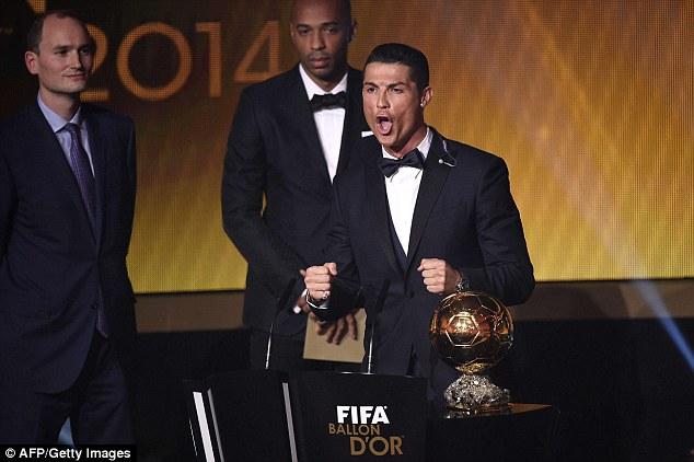 Trên bục nhận giải QBV, C.Ronaldo cũng thể hiện niềm vui của mình theo cách không giống ai. Dường như, chưa ai trong lịch sử nhận danh hiệu cao quý này lại bộc lộ cảm xúc mạnh như vậy.
