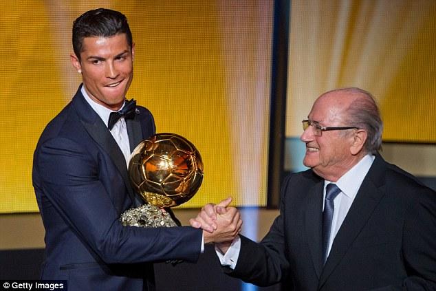 Nụ cười khó hiểu của C.Ronaldo khi chụp ảnh cùng chủ tịch FIFA - ông Sepp Blatter, người vốn nổi tiếng là hâm mộ Messi và thường xuyên đá đểu cựu số 7 của Man Utd.